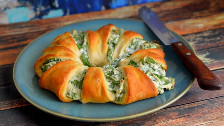 Vegan Spinach Dip Crescent Roll Ring - Rich Bitch Cooking Blog