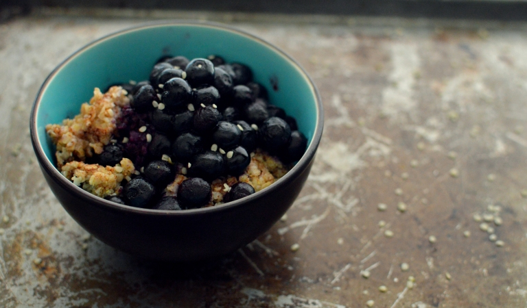 Vegan Oatmeal + Blueberries- 10 Vegan Snacks Under 250 Calories - Low Calories, Easy, Fast, Cheap, Healthy Snacks - Rich Bitch Cooking Blog